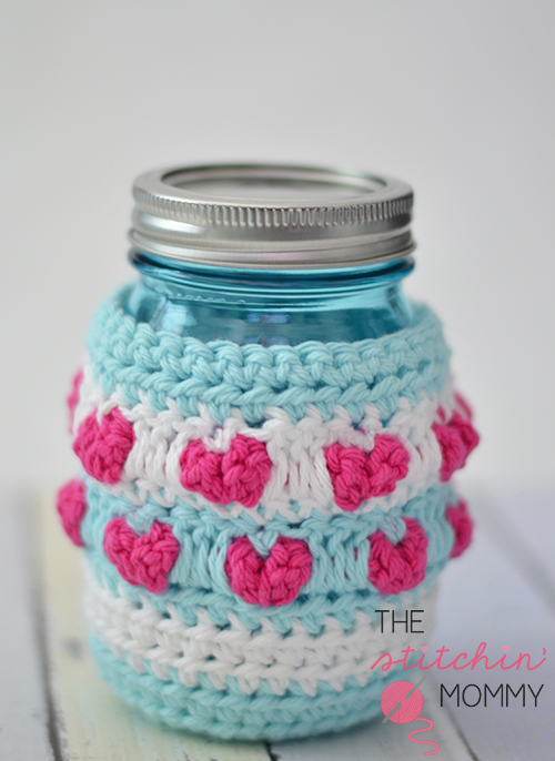 Jar Full of Love Mason Jar Cozy - Free Pattern | www.thestitchinmommy.com #crochet #cozy #masonjar #hearts #ValentinesDay