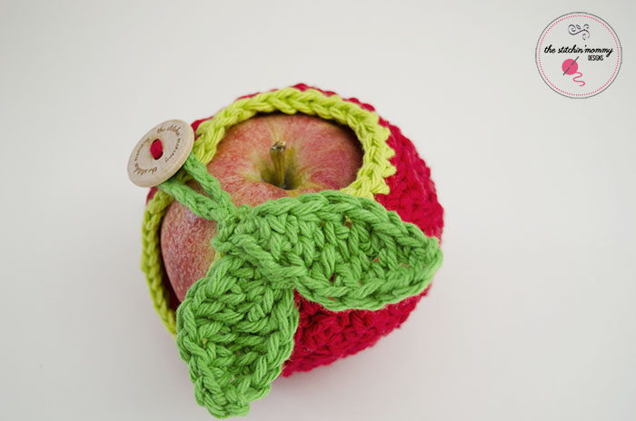 Apple of My Eye Crochet Apple Cozy - Free Pattern | www.thestitchinmommy.com