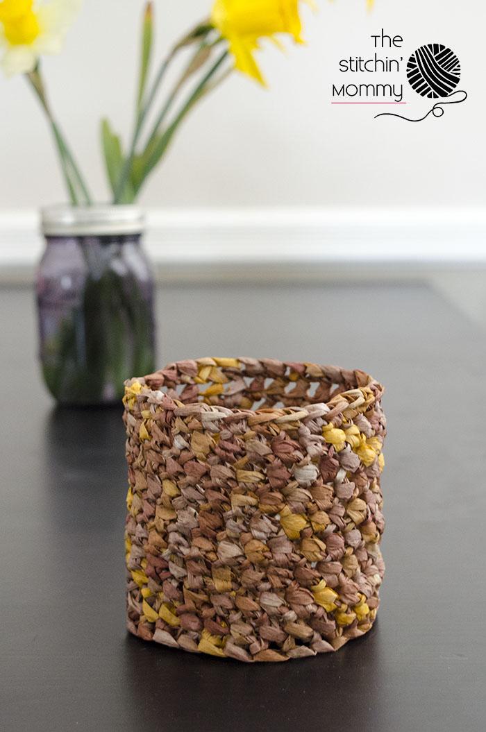 Mini Raffia Basket - Free Crochet Pattern | www.thestitchinmommy.com